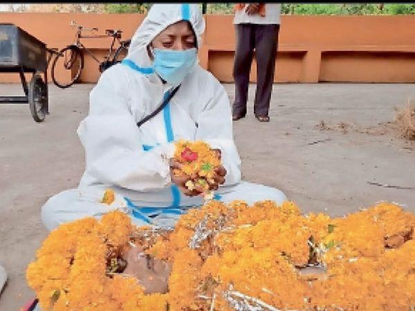 पिता की अर्थी फूलों से सजाई और खुद किया अंतिम संस्कार। - Dainik Bhaskar