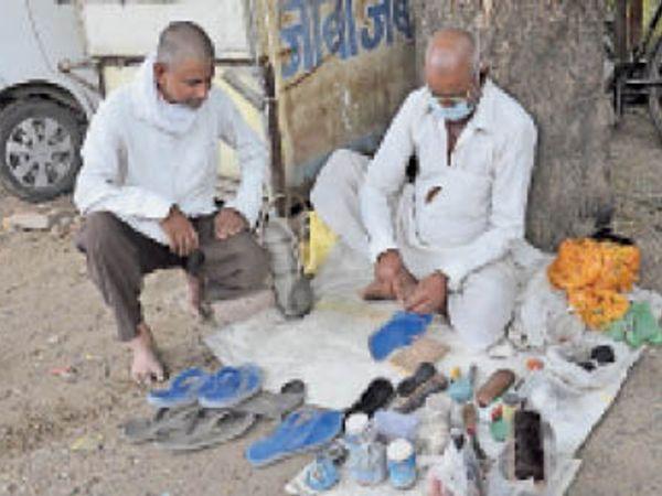 किसी के पैर न जले, इसलिए सेवा देते दुलीचंद देवाजी। - Dainik Bhaskar