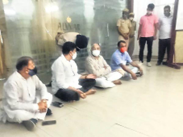 धरने पर बैठे विधायक संजय शर्मा व अन्य। - Dainik Bhaskar