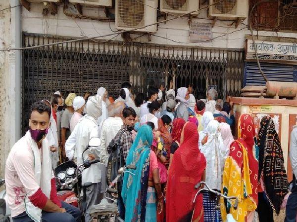 भिंड। सेंट्रल बैंक ऑफ इंडिया की काका का ताला खोलने से पहले ही लगी लोगों की जबरदस्त भीड़। - Dainik Bhaskar