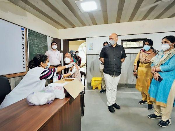 वेस्ट विनोद नगर स्कूल में शुरू की गई वैक्सीनेशन संेटर का दौरा करने के लिए दिल्ली के उप मुख्यमंत्री मनीष सिसोदिया पंहुचे और वहां का जायजा लिया। - Dainik Bhaskar