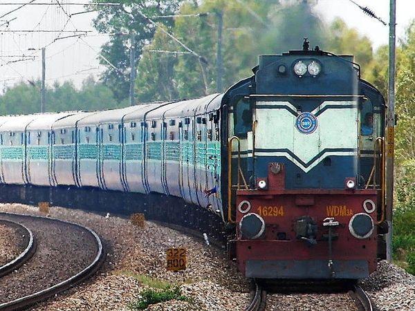 कम यात्री भार के कारण रेल सेवाओं को रद्द व फेरों में कमी की जा रही है। - Dainik Bhaskar