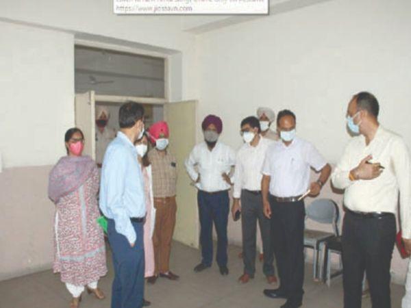 मेरिटोरियस स्कूल और यूसीएचसी जवद्दी में लेवल-2 के बेड स्थापित करने को लेकर डीसी वरिंदर शर्मा और अन्य अफसरों ने दौरा किया। - Dainik Bhaskar