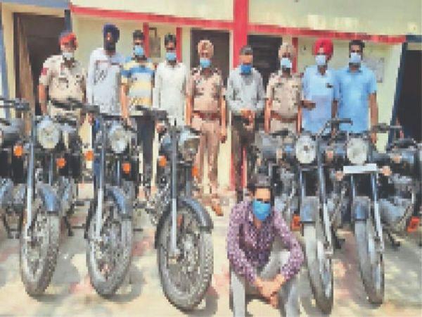 चोरीशुदा 16 बुलेट समेत आरोपी। साथ में पुलिस पार्टी। - Dainik Bhaskar