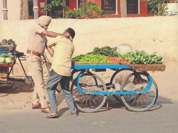 अमृतसर रोड स्थित चर्च के बाहर रोकने के बावजूद रेहड़ी वाले रेहड़ी लगाने से नहीं हटे तो पुलिस मुलाजिम - Dainik Bhaskar