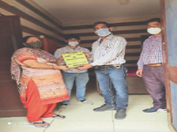 लोगों को डेंगू के प्रति जागरूक करते सेहत टीम के सदस्य। - Dainik Bhaskar