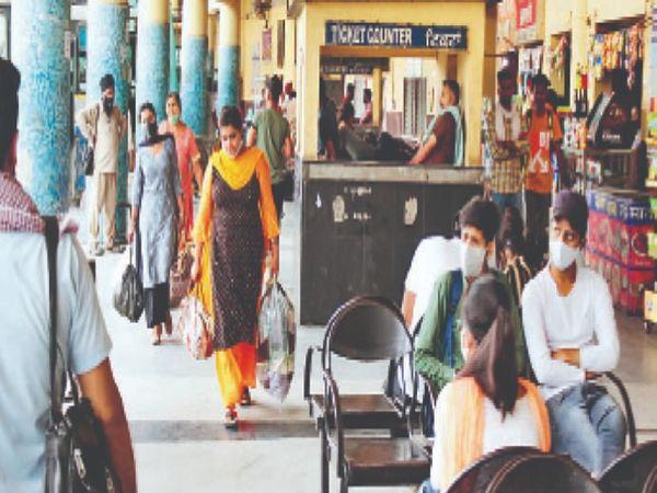 बस अड्डे पर पूरा दिन यात्रियों की गिनती नाममात्र ही रही। - Dainik Bhaskar