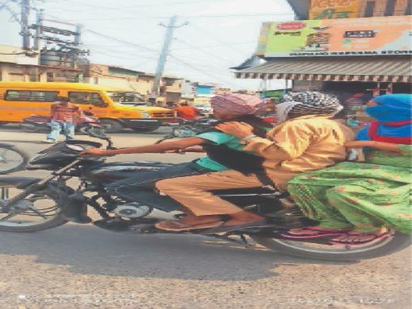 जीरा के शेरां वाला चौक में बाइक पर 3 लोग जाते हुए। बाइक चालक ने मास्क नहीं पहन रखा था। इस चौक पर पुलिस का नाका रहता है। - Dainik Bhaskar