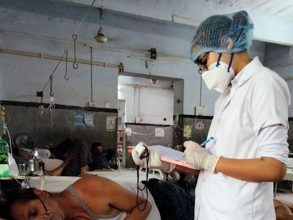PBM अस्पताल में  ऑक्सीजन मित्र कर रहे मॉनिटरिंग। - Dainik Bhaskar