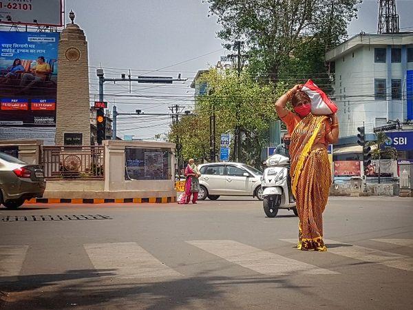 तस्वीर रायपुर के जय स्तंभ चौक की, इन दिनों शहर में लोगों को जरुरत की चीजों के लिए परेशान होना पड़ रहा था, प्रशासन की छूट राहत दे सकती है। - Dainik Bhaskar