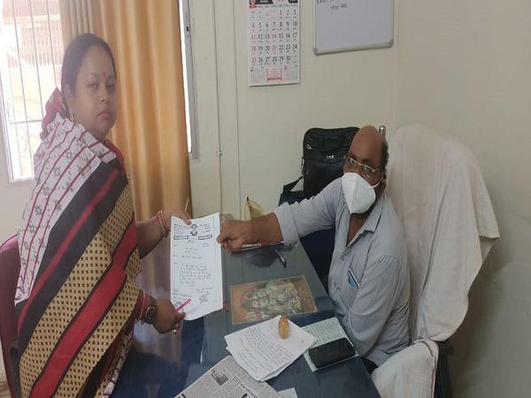 धमधा नगर पंचायत में राजनीति घमासान शुरु। महिला पार्षद सरिता यादव ने CMO को सौपा इस्तीफा। - Dainik Bhaskar