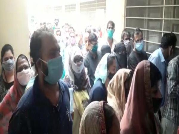 वैक्सीनेशन के लिए लगी भीड़। - Dainik Bhaskar