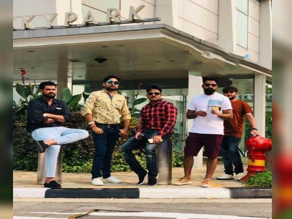 संतोष सफेद टी-शर्ट में खड़ा हुआ, अपने दोस्तों के साथ गोवा में मस्ती घूमता हुआ - Dainik Bhaskar
