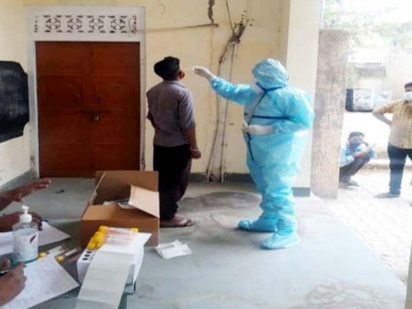 सवाई माधाेपुर में यह व्यक्ति लॉकडाउन के दौरान घर से बाहर था, पुलिस ने क्वारंटाइन सेंटर भेजा। यहां पहुंचने पर आरटीपीसीआर जांच  कराई गई। - Dainik Bhaskar