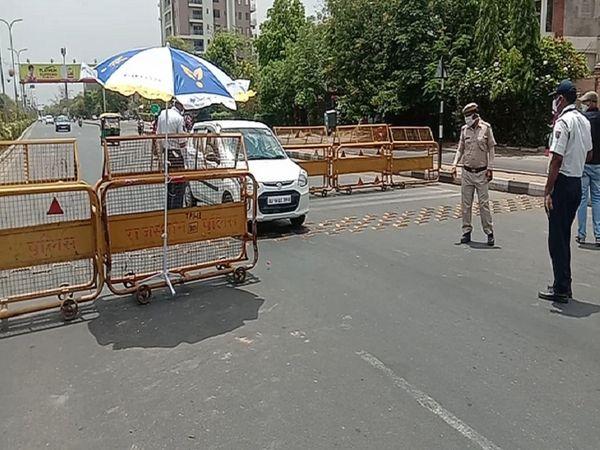 जयपुर के मोतीडूंगरी के पास पुलिस चैकिंग करते हुए। - Dainik Bhaskar