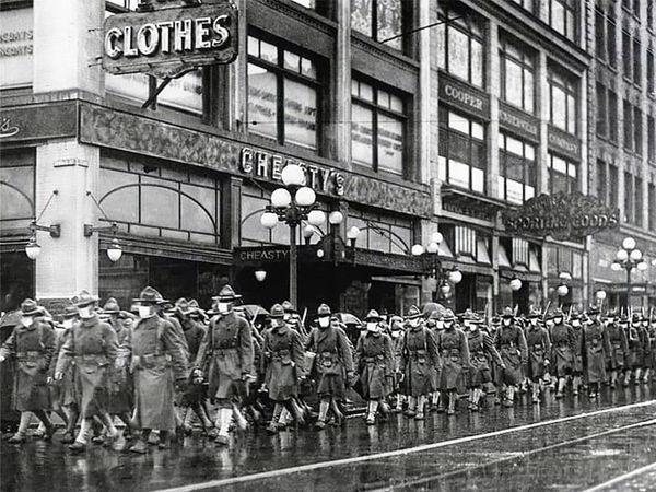 दिसंबर 1918 में अमेरिकी सेना की 39वीं रेजिमेंट फ्लू से बचने के लिए मास्क पहने हुए। फोटो सैनिकों के फ्रांस जाने के दौरान का।