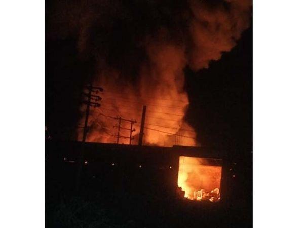 गोदाम में लगी आग से उठती लपटें। - Dainik Bhaskar