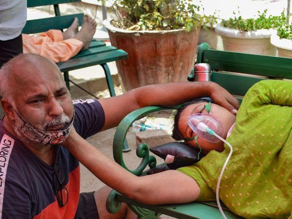 फोटो गाजियाबाद की है। यहां इंद्रापुरम गुरुद्वारा में कोविड-19 मरीजों के लिए ऑक्सीजन लंगर लगाया गया है। मुकेश अपनी पत्नी के बगल में बैठकर उनका ढांढस बढ़ाते हुए।