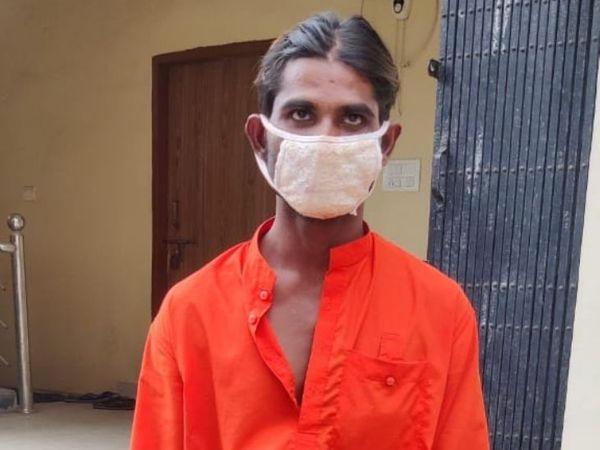 आरोपी  पिछले 1 साल से लोगों को ठग रहा था। अलग-अलग मोहल्ले में जाकर यह घटना को अंजाम दे रहा था। - Dainik Bhaskar