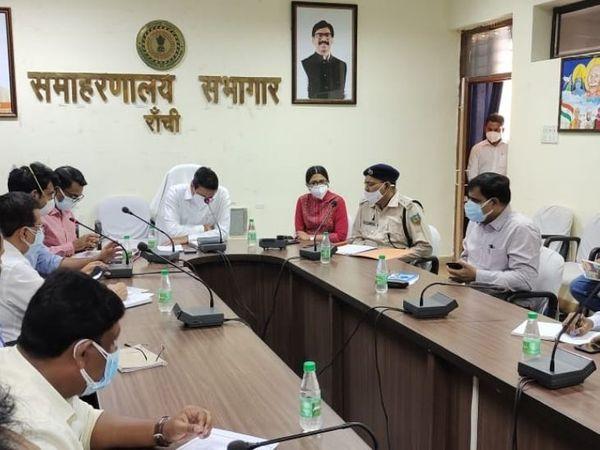 इससे पहले मंगलवार को DC ने  कोविड के लिए गठित विभिन्न सेल के इंचार्ज के साथ बैठक की और जरूरी निर्देष दिए। - Dainik Bhaskar