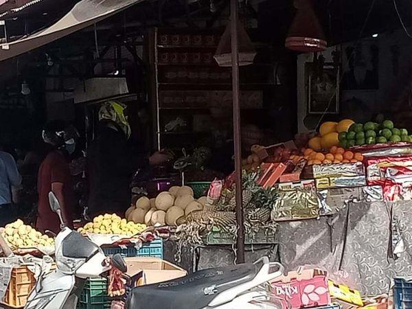 श्रीगंगानगर की सब्जी मंडी में बिक्री के लिए रखे फल। - Dainik Bhaskar