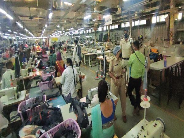 350 कर्मचारी काम कर रहे थे फैक्टरी में।