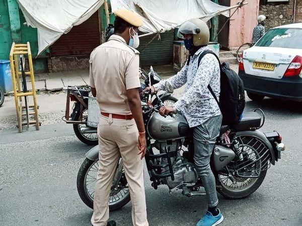 पुलिस ने की चैकिंग, पूछताछ कर जाने दिया