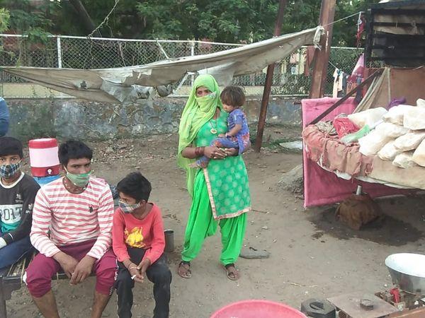 बांसवाड़ा के उदयपुर मार्ग पर फुटपाथ पर पर्दे की आड़ में यूं बनाया बसेरा। - Dainik Bhaskar