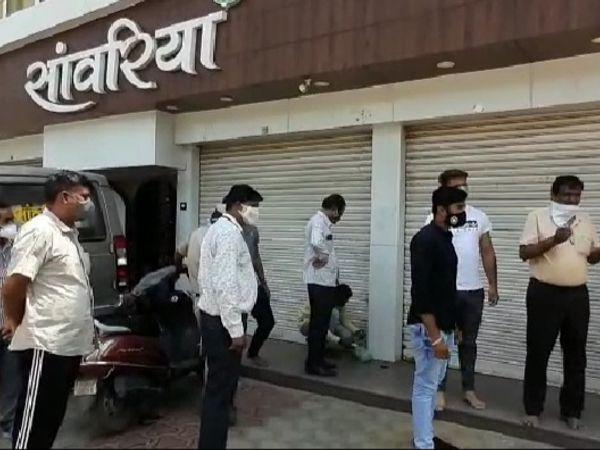 कपड़े की दुकान को सीज करने पहुंचे एसडीएम और पुलिस अधिकारी। - Dainik Bhaskar