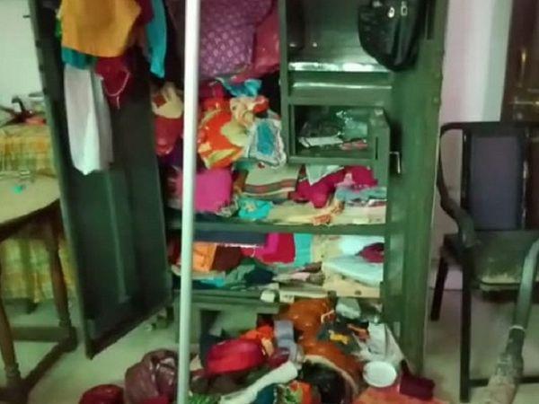 चोरी की सूचना मिलने पर निशांत ने अपने एक रिलेटिव के जरिए वीडियो कॉल से पूरे घर के हालात को देखा। - Dainik Bhaskar