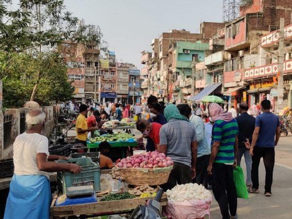पटना के राजीव नगर इलाके में सब्जी खरीदने सड़कों पर निकले लोग। - Dainik Bhaskar