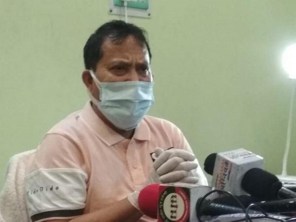 मंगलवार को छपरा में प्रेस कांफ्रेंस करते सलीम परवेज। - Dainik Bhaskar