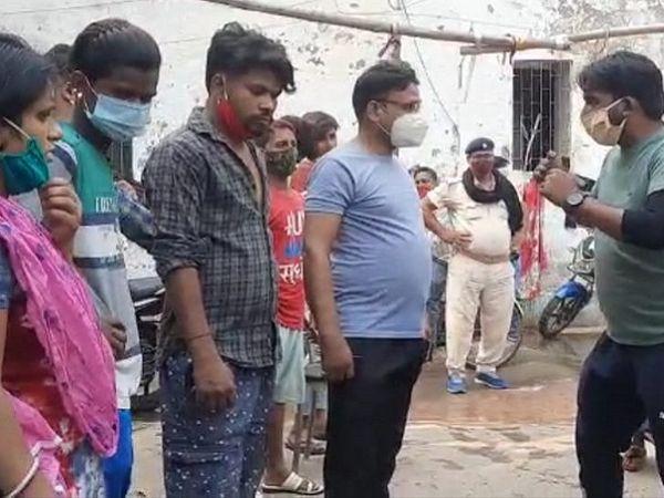घटना के बाद PMCH कैंपस में पूछताछ करती पुलिस। - Dainik Bhaskar