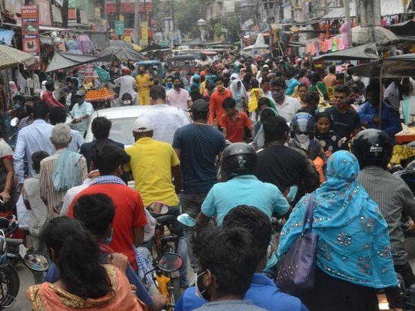 बिहार में लॉकडाउन की घोषणा होते ही मुंगेर में सड़कों पर उमड़ी भीड़। ऐसी ही लापरवाहियों ने संक्रमण की बढ़ाई है रफ्तार। - Dainik Bhaskar