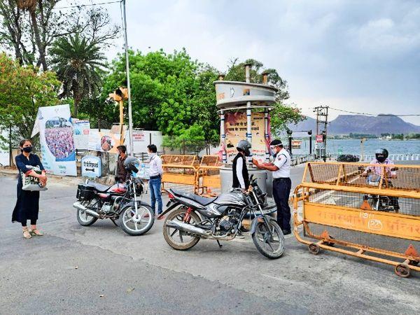 लापरवाह शहरवासियों के खिलाफ कानूनी कार्रवाई करते पुलिस के जवान। - Dainik Bhaskar
