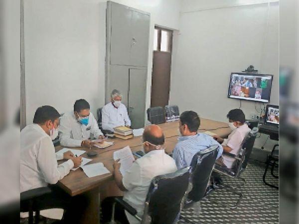 बैठक में पीड़ितों को राशि स्वीकृत करते अधिकारी। - Dainik Bhaskar