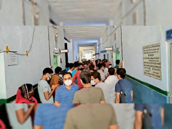 अधिकांश युवा ऑनलाइन रजिस्ट्रेशन करवाने की बजाय सीधे टीकाकरण केंद्र पहुंचे, पैर रखने की जगह नहीं मिली - Dainik Bhaskar