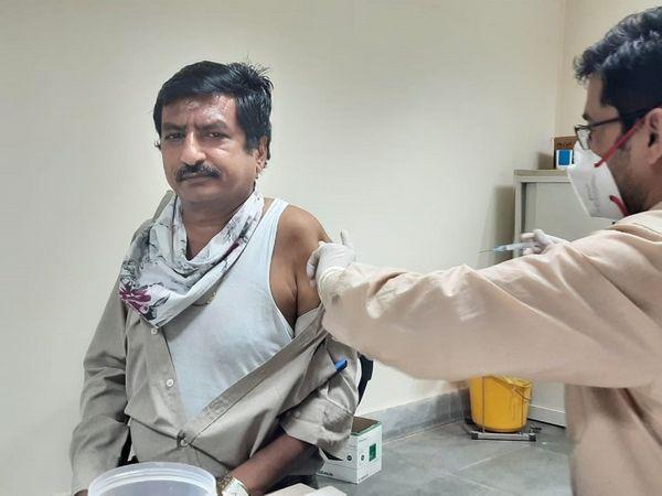 जिले में कोरोना वैक्सीन ख़त्म होने से अब वैक्सीनेशन बंद करना पड़ा है। - Dainik Bhaskar