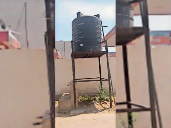 नगर परिषद के वार्ड 5 स्थित काॅलाेनी में बंद पनघट व हैंडपंप - Dainik Bhaskar