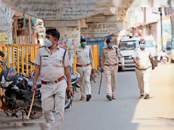 सड़कों पर लाठियां लेकर घूमते पुलिसकर्मी। - Dainik Bhaskar