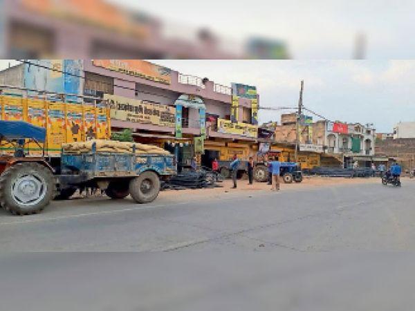 लॉकडाउन के चलते नगर में अधिकांश लोगों की दुकानें बंद होने से कामकाज ठप पड़े हैं। - Dainik Bhaskar