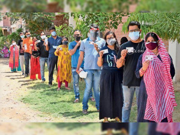हाथ में आईडी कार्ड थामे ये वोटर्स की कतार नहीं बल्कि वैक्सीन लगवाने आए उत्साही युवा हैं। - Dainik Bhaskar