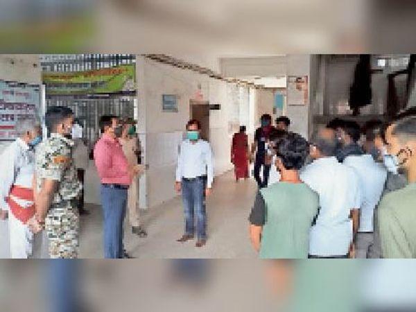 सदर अस्पताल लखीसराय में मृतक के परिजन को समझाते एसडीओ। - Dainik Bhaskar