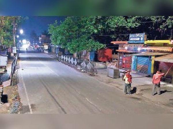 मंगलवार रात करीब आठ बजे शहर की मुख्य सड़क पर पसरा सन्नाटा। - Dainik Bhaskar