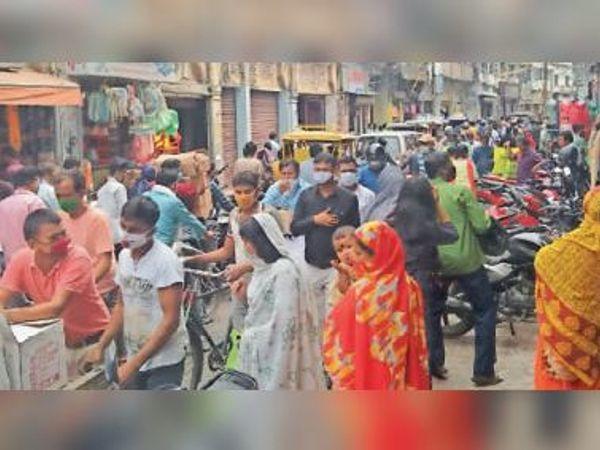 मुख्य बाजार चूड़ीपट्टी रोड में दोपहर बाद लगा जाम। - Dainik Bhaskar