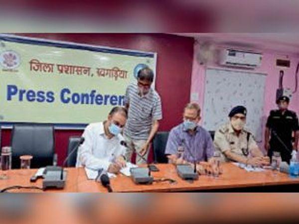 समाहरणालय सभागार में मंगलवार को प्रेसवार्ता करते डीएम व अन्य। - Dainik Bhaskar