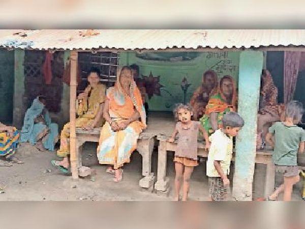 घटना के बाद घर में मातम का माहौल व सदर अस्पताल में पोस्टमार्टम कराने आए मृत के परिजन। - Dainik Bhaskar