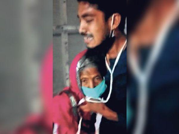 अब कौन देखतई हो बाबू... दादा की बिगड़ती हालत के बीच संक्रमित दादी से गले लिपटकर बिलखता पोता। - Dainik Bhaskar