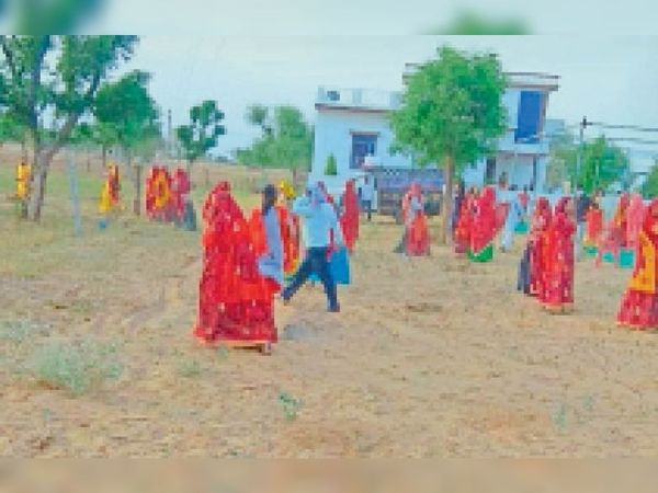 सिंघाना. मोई भारू में गाइडलाइन की अवेहलना करने पर पहुंची प्रशासन की टीम को देखकर इधर-उधर दौड़ते ग्रामीण। - Dainik Bhaskar