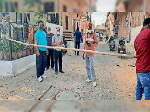 चौहाबो सेक्टर 16 में कंटेंमेंट जोन घोषित कर मंगलवार को बेरिकेड्स लगाए गए। - Dainik Bhaskar